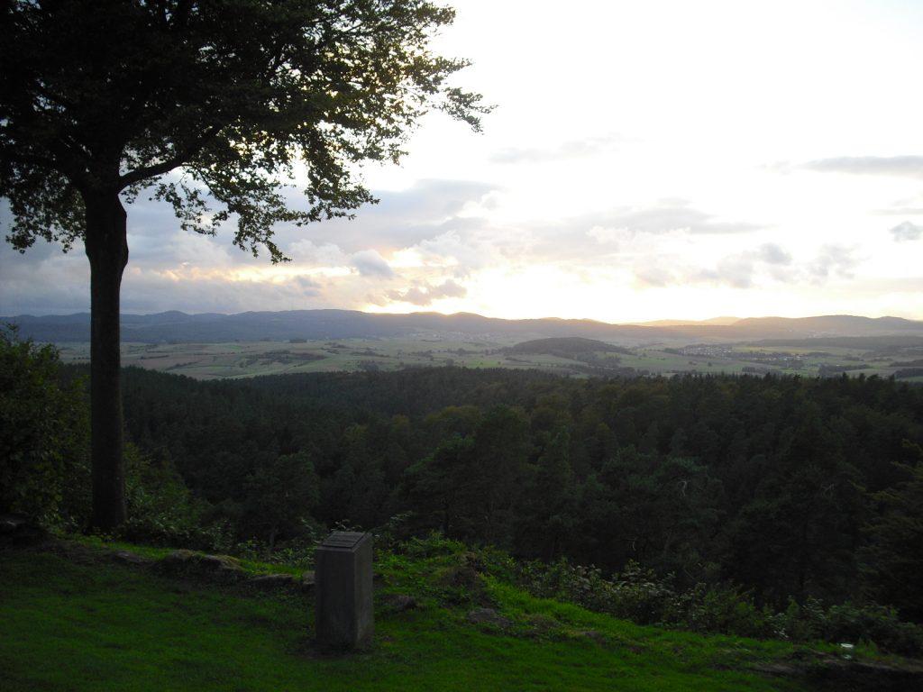 Christenberg Westseite Ausblick bei Abendstimmung
